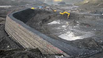 Рисунок. 2. Хвостохранилище Синаикоха в процессе строительства и по его окончании