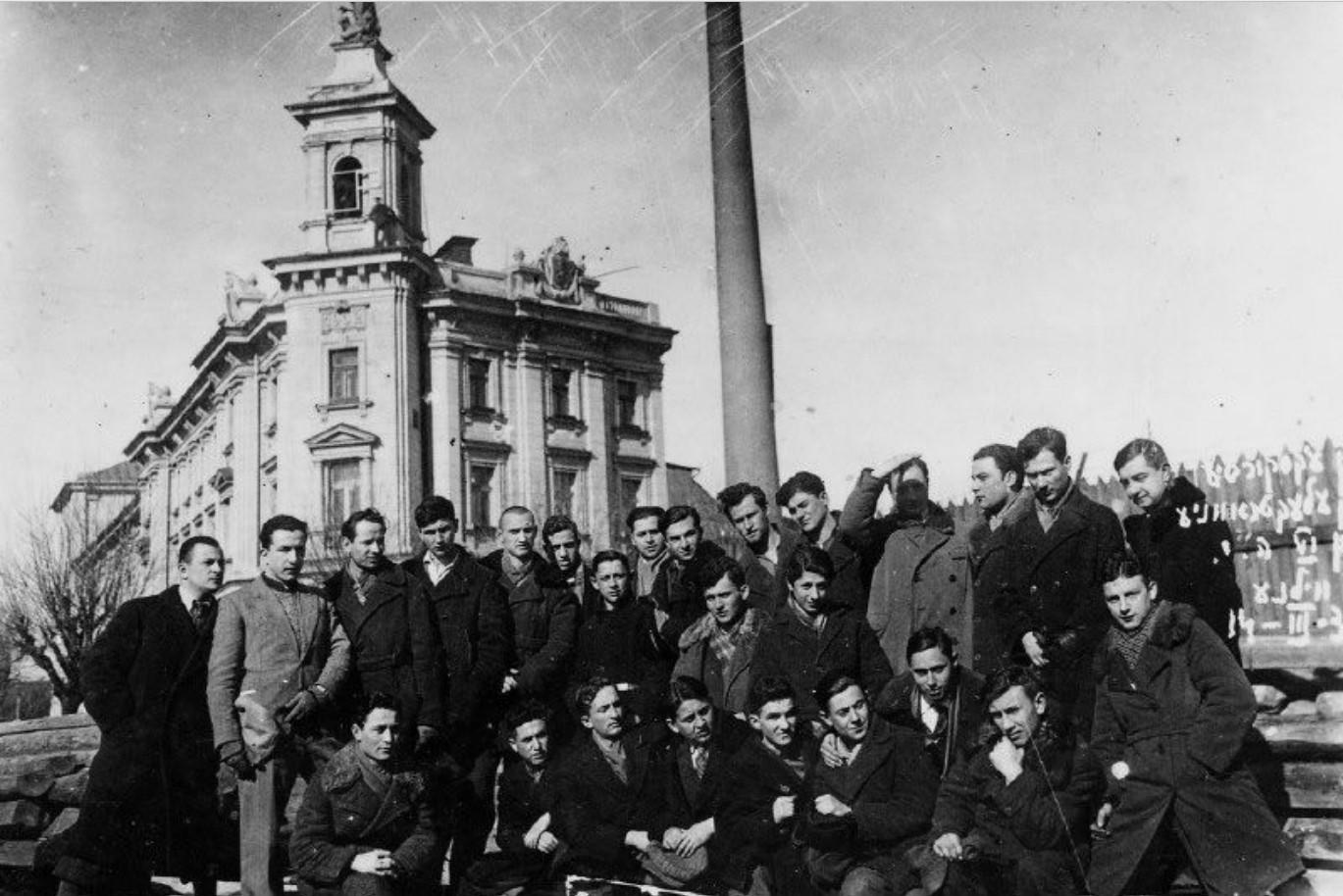 1930. Еврейские студенты на электростанции Вильно