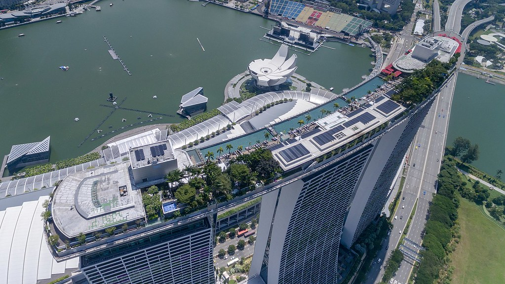 1920px-Aerial_of_the_roof_top_pool_Marina_Bay_Sands_Hotel_(36592484922)_(2)