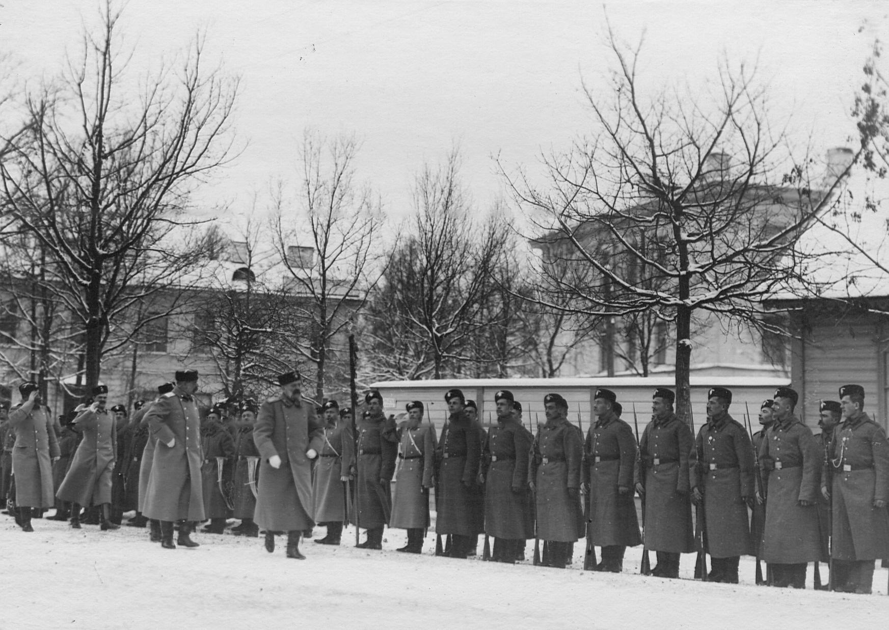 Великий князь Владимир Александрович обходит строй  2-го Царскосельского стрелкового батальона во время парада.до 1909