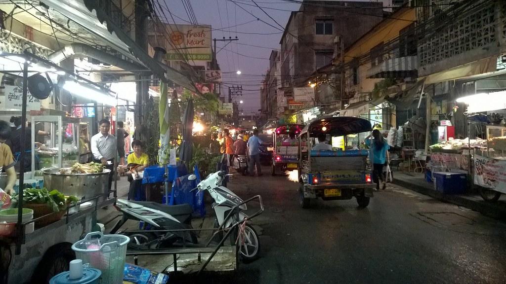 Bangkok - Kaoottinen kaupunki, jota rakastan. Bangkok on kaupunki, johon palaan aina kun mahdollista. En kuitenkaan siksi, että kaupunki olisi jotenkin erityisen viehättävä. Bangkok on kaupunki, jossa on liikaa kaikkea. Liikaa ihmisiä, liikaa ostoskeskuksia, liikaa liikennettä, liikaa saastetta.