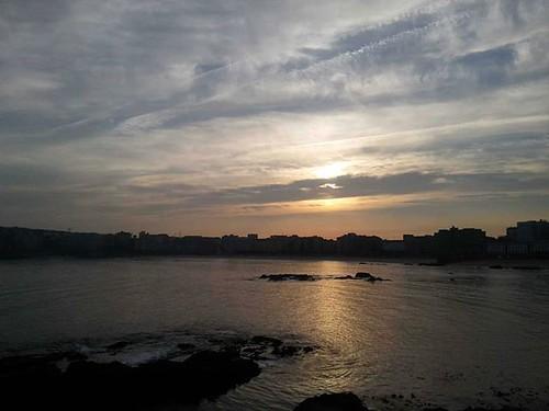 Amanecer esta mañana en #Coruña. #riazor #orzan #sunrise #sun #beach #ocean #clouds #galicia #phonephotography #nofilter #sinfiltros