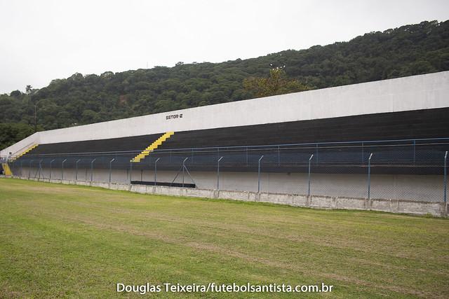 Arquibancada o Estádio Espanha, casa do Jabaquara. O vermelhor e amarelo, cores tradicionais do clube, deram lugar ao preto e branco