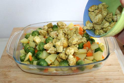 45 - Gemüse & Hähnchenbrustwürfel in Auflaufform geben / Put vegetables & chicken in casserole
