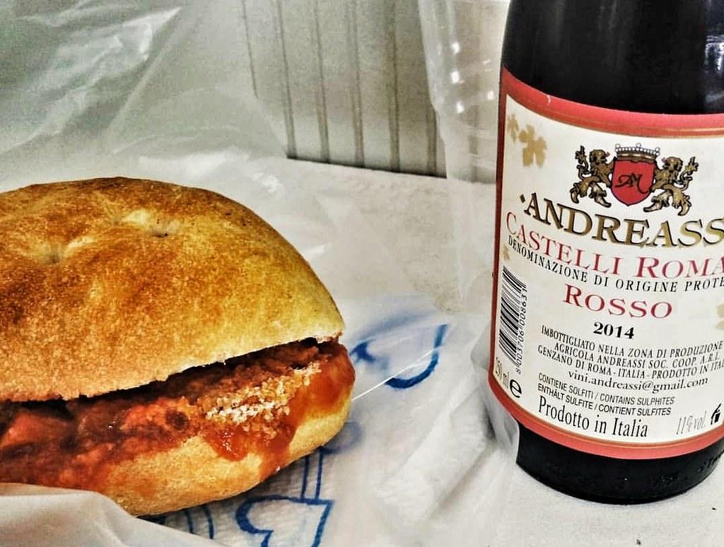 Mordi e vain paninon voi huuhdella alas piccolopullollisella punaviiniä.