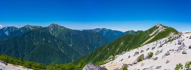 白鳳三山と仙丈ケ岳を眺めながら観音岳へ向かう