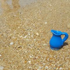 Este simple gesto, empleando la jarra y usando agua de grifo, minimiza el consumo de plástico. ¿Lo intentamos? #plasticfree #plasticocean #waterpeople #summerwaterpeople #cambioclimatico #instagramers #legoart #legocommunity #legocollector #legoaddict #le