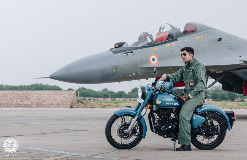 Royal Enfield Classic Signals 350 Airborne Blue and Stormrider Sand