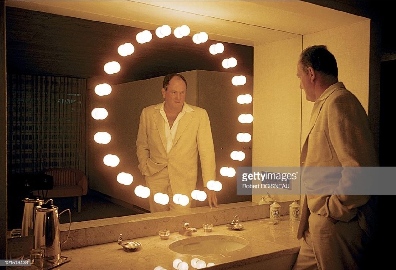 1960. Палм-Спрингс. Мужчина перед зеркалом в ванне
