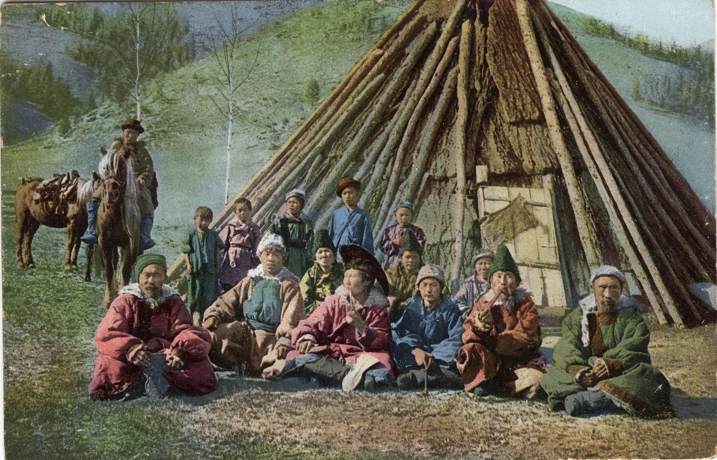 Группа алтайцев у жилища (чаадыр). Долина Катуни