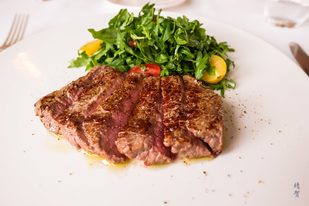 Grilled entrecote with rocket and cherry tomato salad