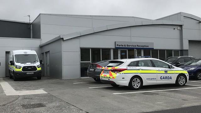Irish Police Car - An Garda Síochána - Ford Transit Van And Hyundai Estate Car - Ennis, Ireland