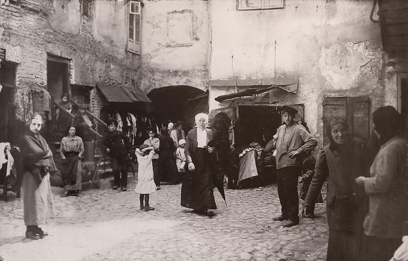 1916. Во дворе еврейского квартала