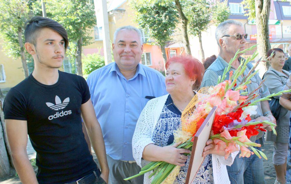 Главный врач ЯЦРБ А.В.Толпыго пришёл поздравить и поддержать коллегу Т.Ф. Цибранкову