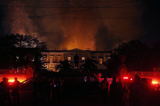 A huge blaze swept through Brazil's National Museum on Sunday night; building did not meet modern fire safety requirements - Créditos: Tânia Rego | Agência Brasil