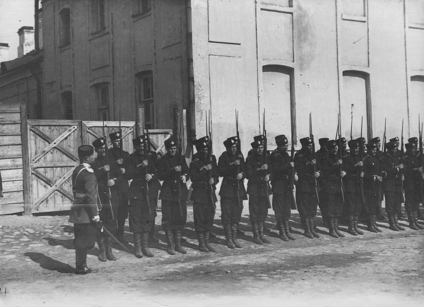 Солдаты 2-го стрелкового Царскосельского батальона в строю на Фуражной улице, около Орловских ворот. 21 апреля 1905