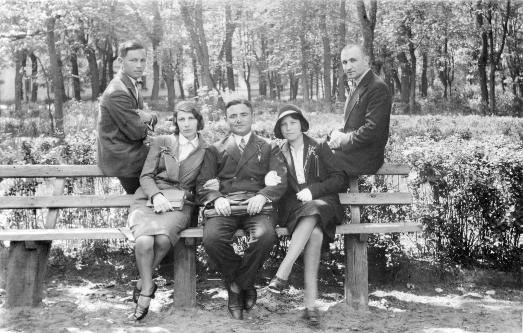 1935. Еврейские студенты из Виленского университета в одном из парков