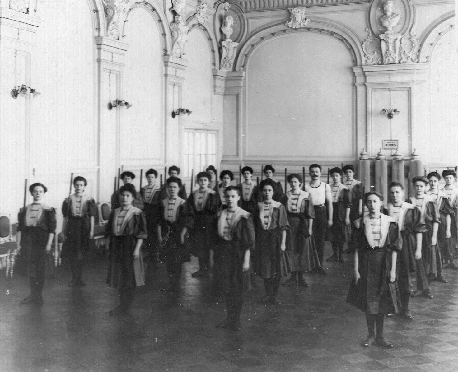 Женская группа на занятиях. 1907
