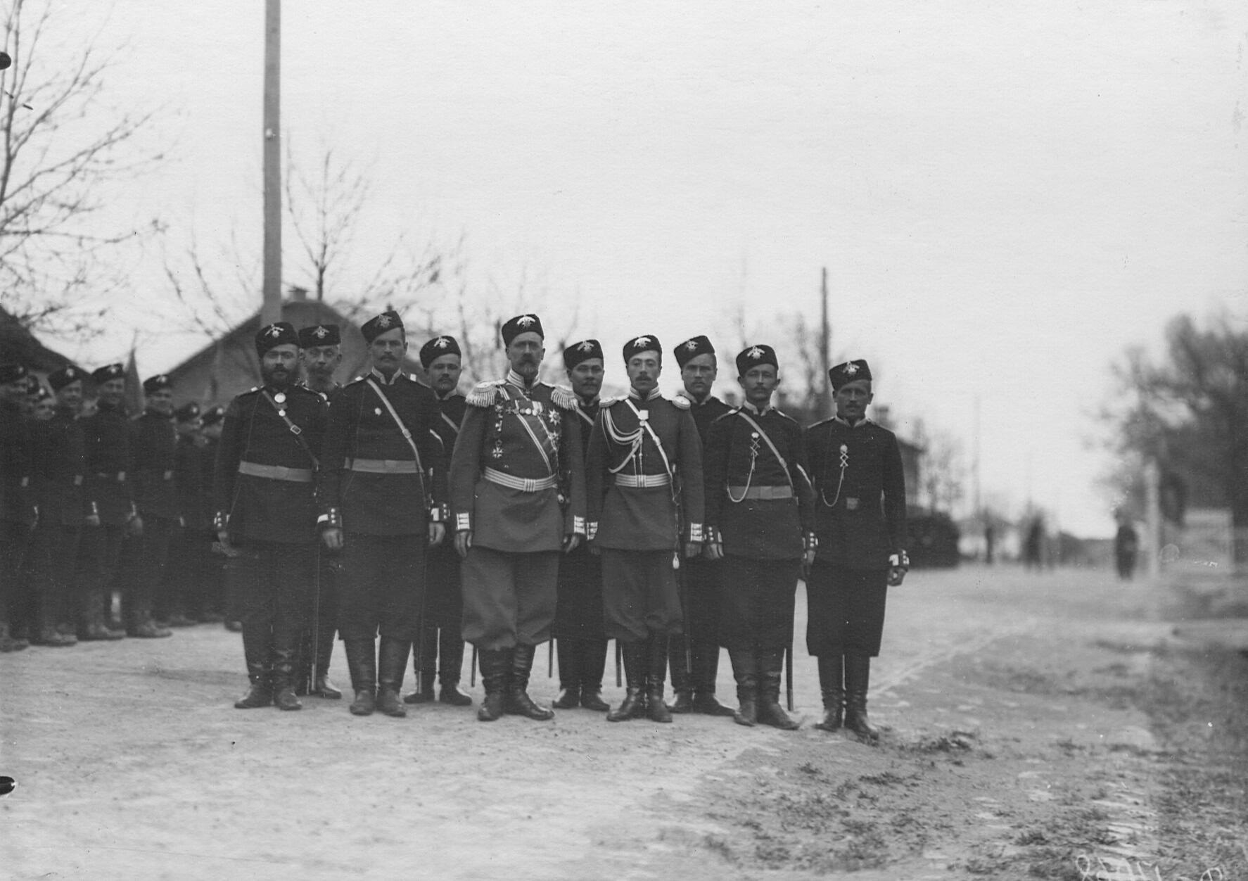 Группа солдат 2-го стрелкового Царскосельского батальона с командиром и адъютантом. 21 апреля 1905