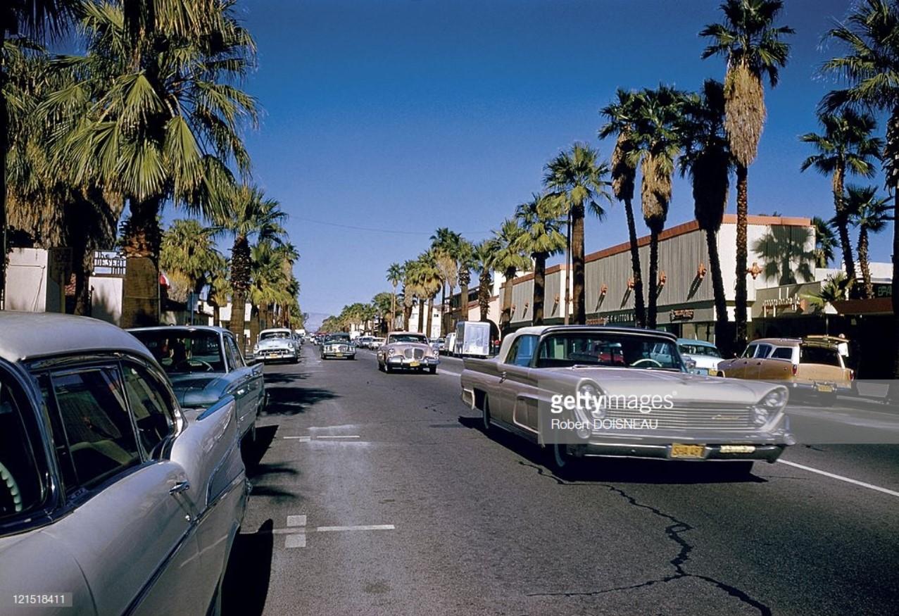 1960. Палм-Спрингс. Машины на дороге