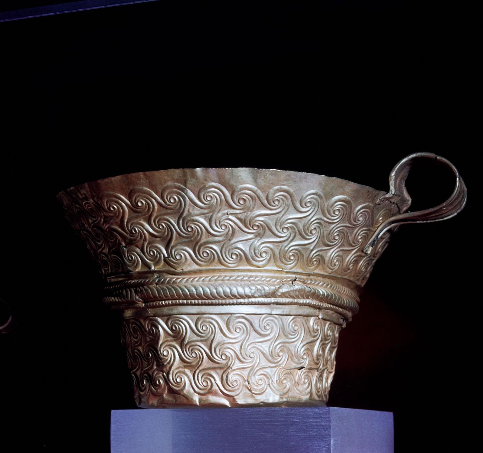 Археологический музей в Ханье. Золотая чаша из Перистерии, купольная гробница III.