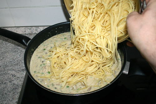 58 - Linguine in Pfanne geben / Add linguine to pan