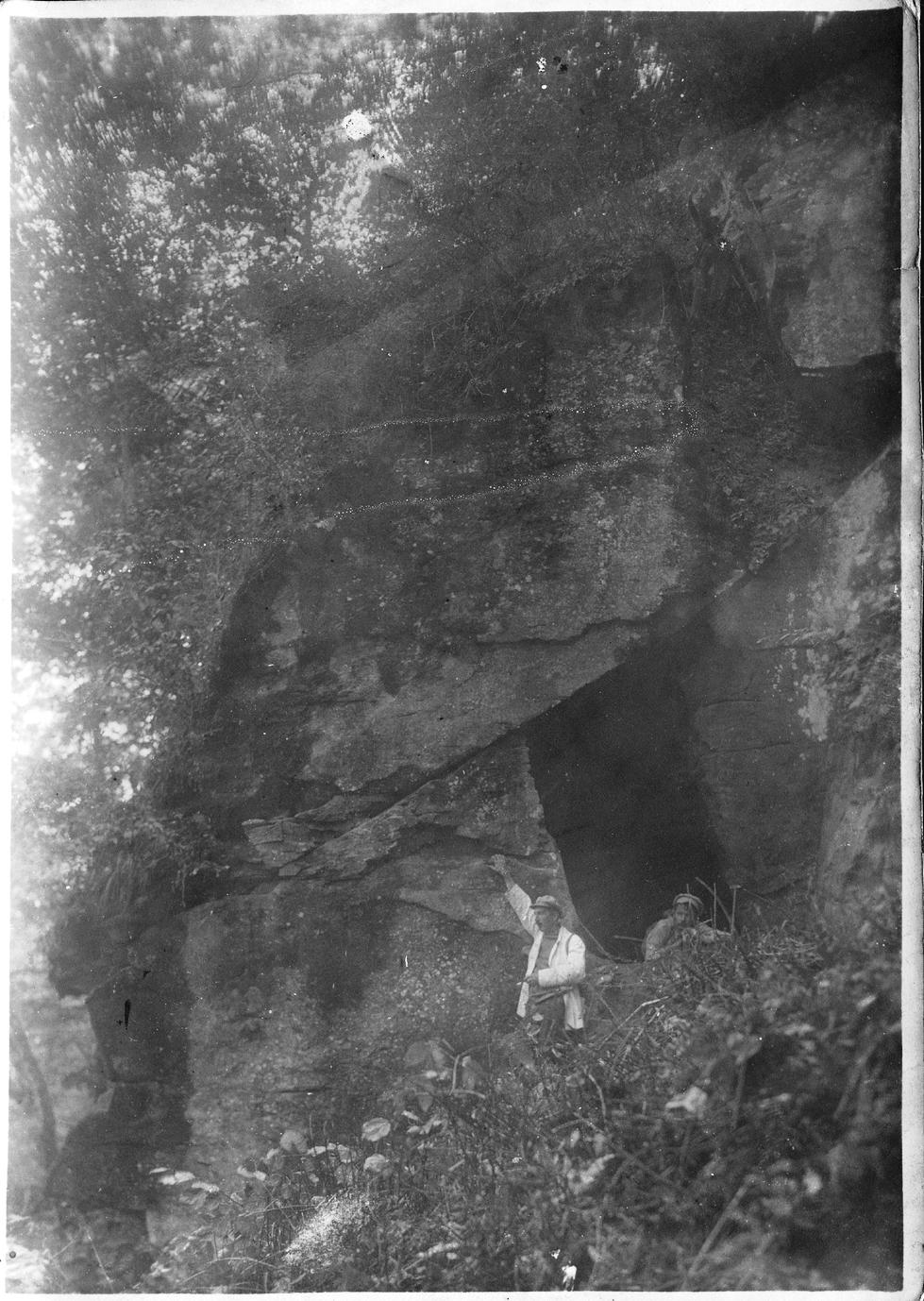 Павлов М. А. у входа в пещеру (в светлом пиджаке)