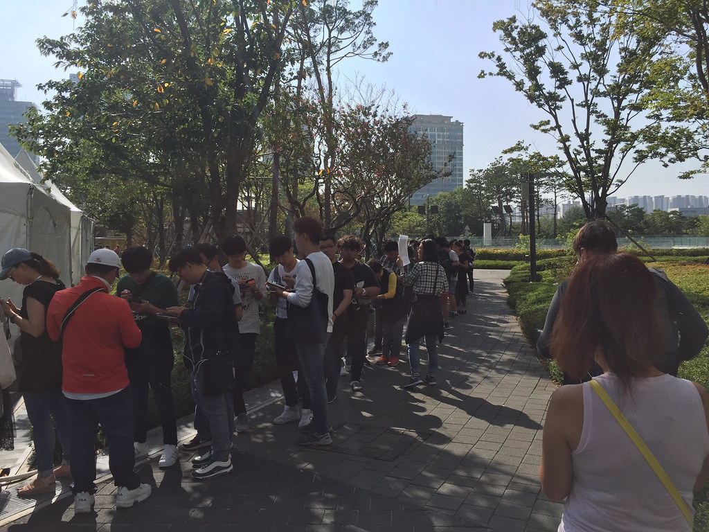 pokemon_go_week_at_pokemon_festa_2018_in_south_korea_fans_waiting_and_playing_in_line