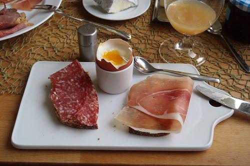 Mettwurst und luftgetrockneter Schinken auf Dinkelbrot zum Frühstücksei