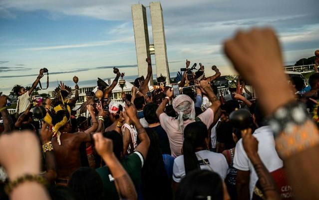 Indígenas durante protesto em frente ao Congresso Nacional, em Brasília (DF), em 2017 - Créditos: Midia Ninja