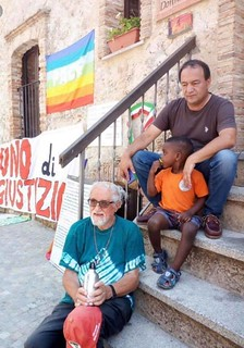 Mimmo Lucano, sindaco di Riace, liberato ma con obbligo di dimora fuori Riace