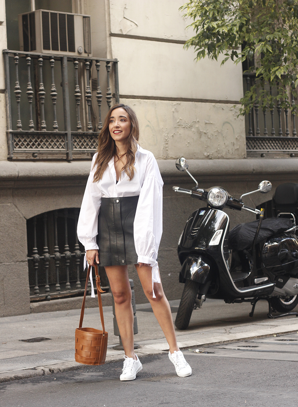 black leather skirt white shirt white sneakers la redoute street style fall outfit 201806