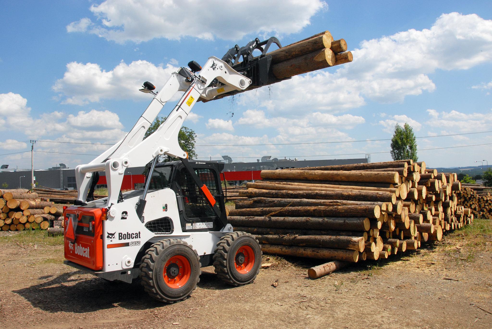 Bobcat s850 справится и с погрузкой круглого леса