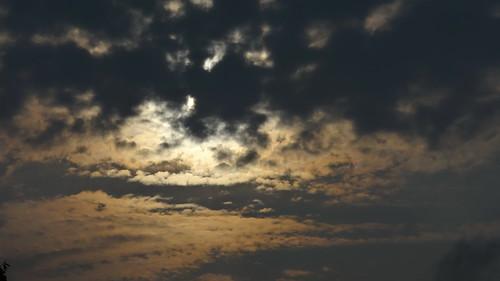 Wolken am Himmel dichtgedrängt hemmen den Blick zum Sternenlicht am freien Horizont ein blutiges Abendrot 00603