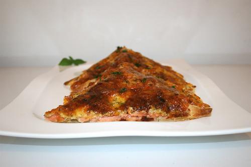 07 - Swedish salmon cake (Swedish pizza) - Side view / Schwedischer Lachskuchen (Schwedenpizza) -  Seitenansicht