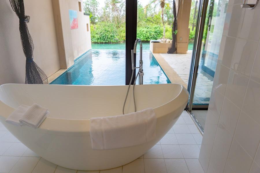 シギラベイサイドスイート アラマンダ プールヴィラ ラグーンスイート バスルームとプライベートプール