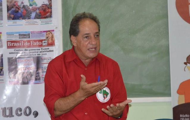Defensor de Bolsonaro chegou a puxar uma arma durante a distribuição pacifica do jornal - Créditos: Darliton Silva