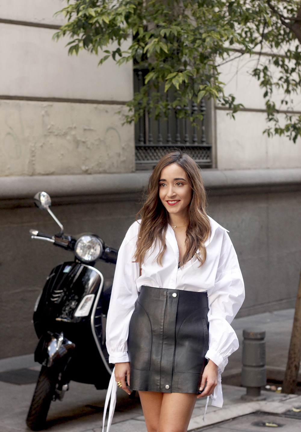 black leather skirt white shirt white sneakers la redoute street style fall outfit 201810