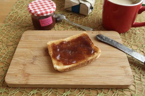Toastbrot mit Erdbeer-Rhabarber-Marmelade