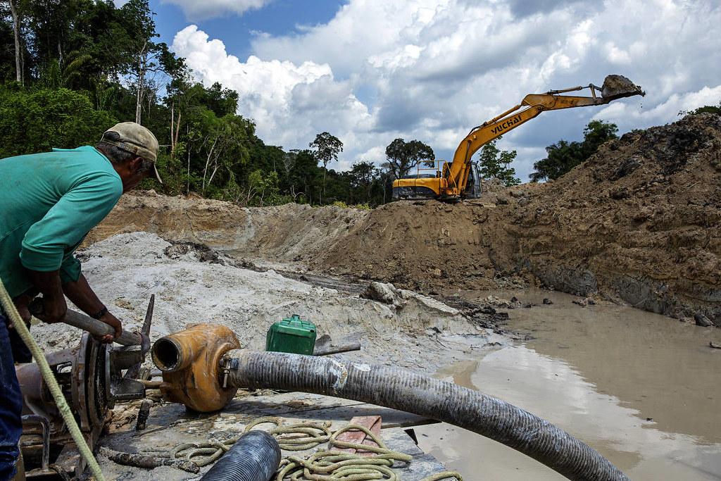 Amazônia brasileira tem 453 garimpos ilegais; região do Tapajós lidera o ranking , Garimpo na Amazônia: retroescavadeira