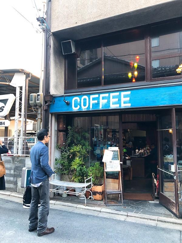 喫茶 ラ・マドラグの店頭で店内に見入る私。学生撮影。@2018年10月18日。