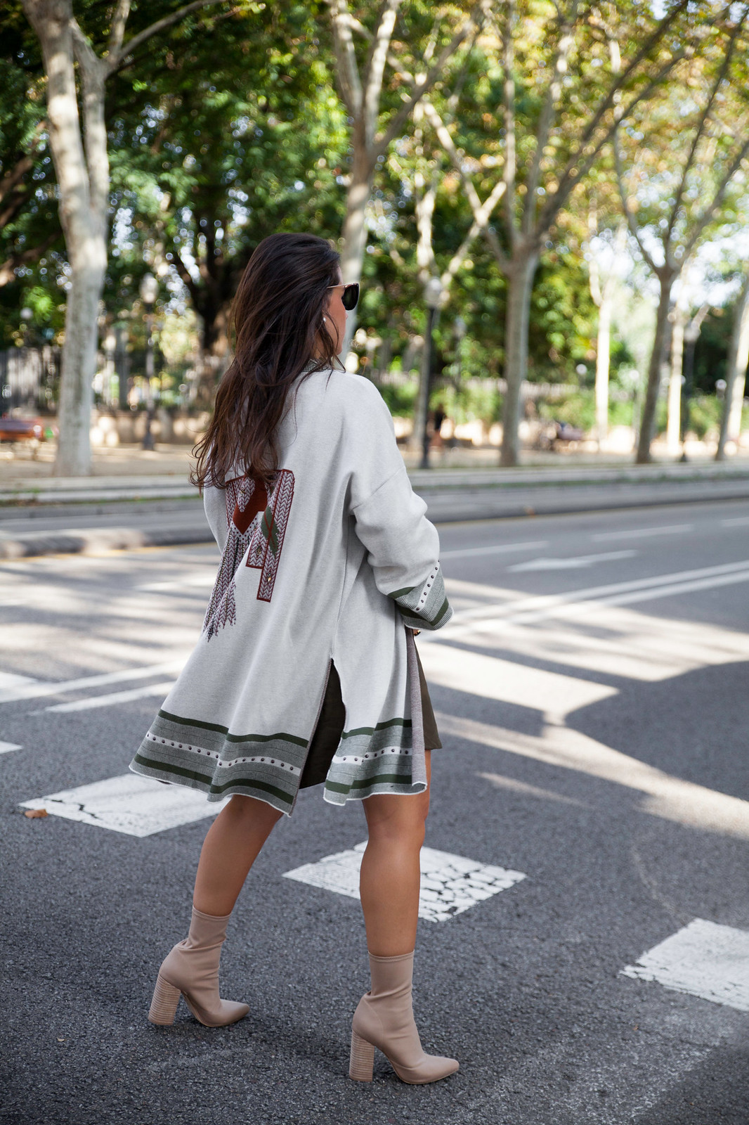 010_Como_combinar_un_cardigan_khaki_etnico_otoño_theguestgirl_rüga_laura_santolaira_influencer_embarazada_fashion_street_style_barcelona