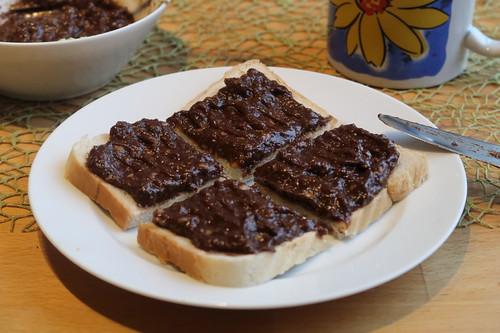 Veganer Schokoaufstrich (aus Avocado, Banane, Kakao und Rohrohrzucker) auf Toast