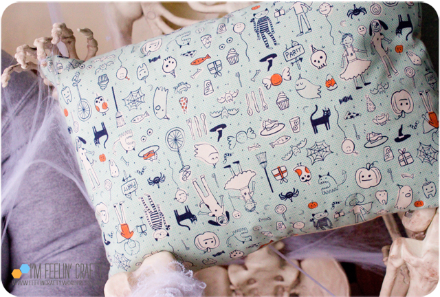 HalloweenPillow-Back-ImFeelinCrafty