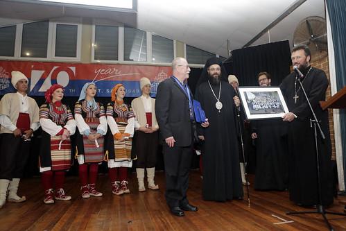 Прота Саша уручује поклон Герију - фотографија свих фолкорних група