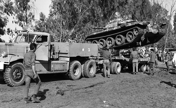 Diamond-T-carries-captured-T-62-1973-hhe-1