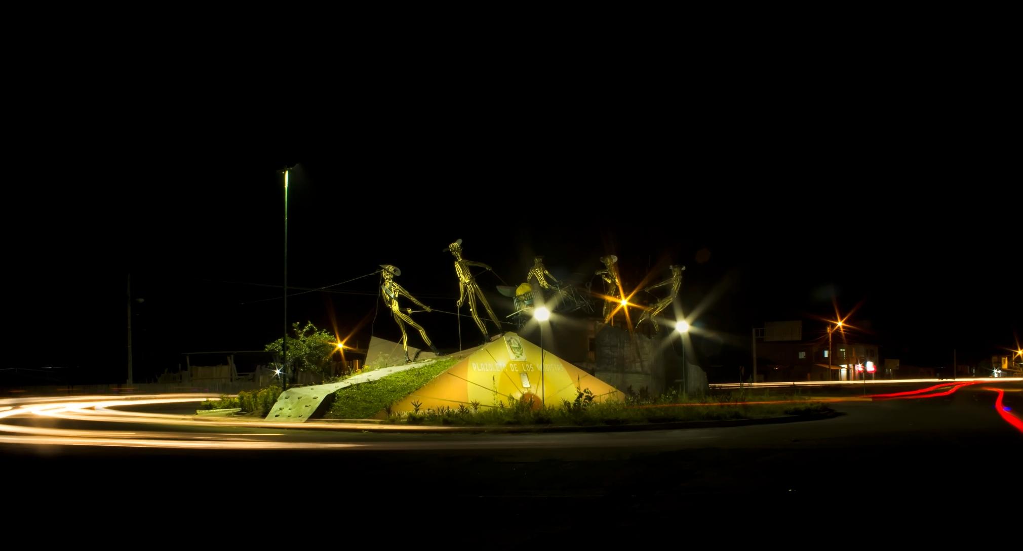 En la ciudad de Chone existe un monumento denominado Los Raidistas, obra que llama mucho la atención de quienes no conocen las historia que motivó su construcción.