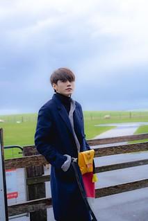 seongwoo_by_fence
