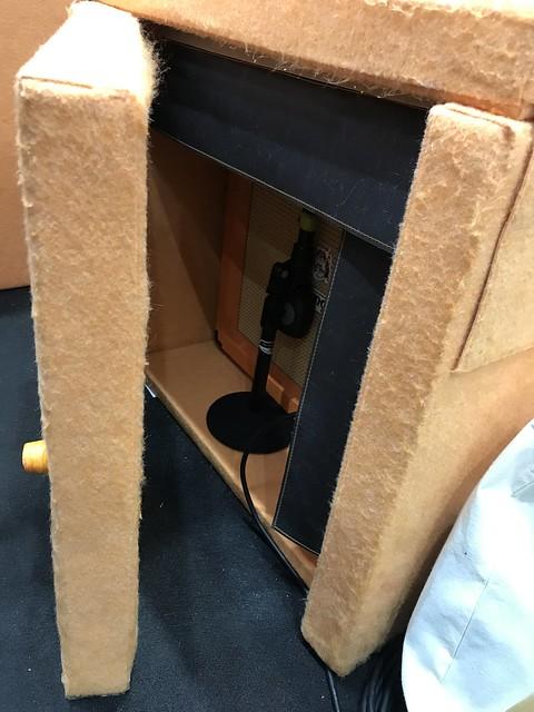VERY-Q のアンプ用の小型ボックスを開いたところ