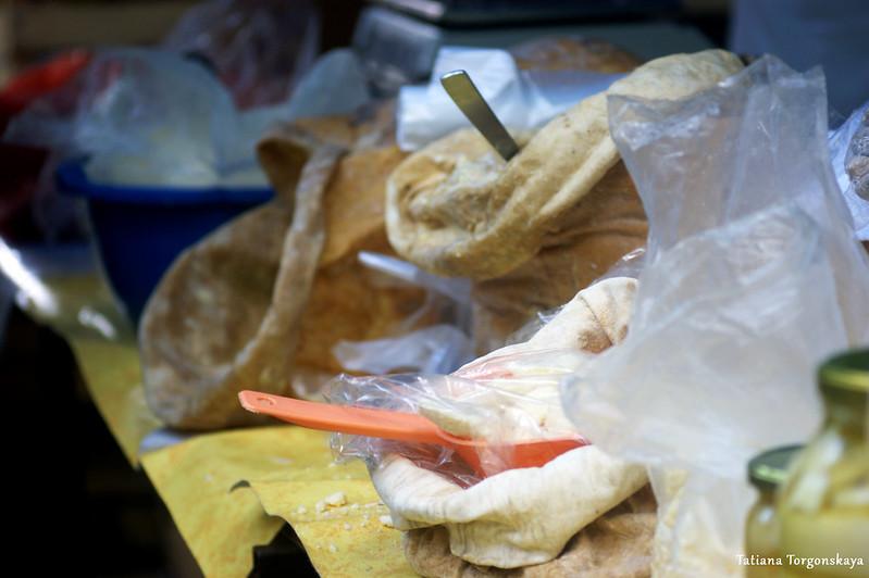 Продажа сыров на рынке Требине
